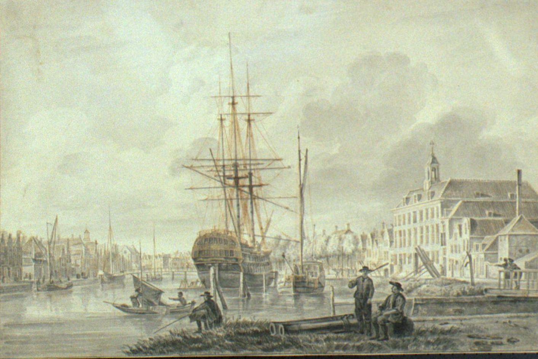 """'s-Lands Schip van oorlog """"Delft"""" is gebouwd in Delfshaven, op het Oosterhoofd, de plaats tussen de rivier de Maas en het Magazyn van de Vereenigde Oost-Indische Compagnie. (tekenaar: Gerrit Groenewegen)"""