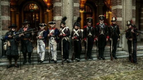Historisch detachement tijdens het defilé 350 jaar Korps Mariniers in Rotterdam