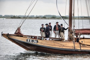 Het 'scheepsvolk' met saluutkanon aan boord van de visserman-hoogaars YE 36 (Yerseke 36) - foto: Christine Pet-Sepers.