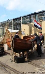 Zeelieden op de kade met een sloep van Allemansend.