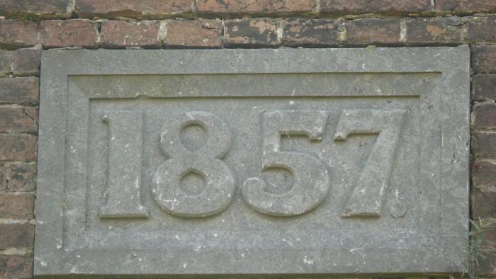 Het jaar van ingebruikname: 1857. De gevelsteen op het 'Bomvrije Logies'