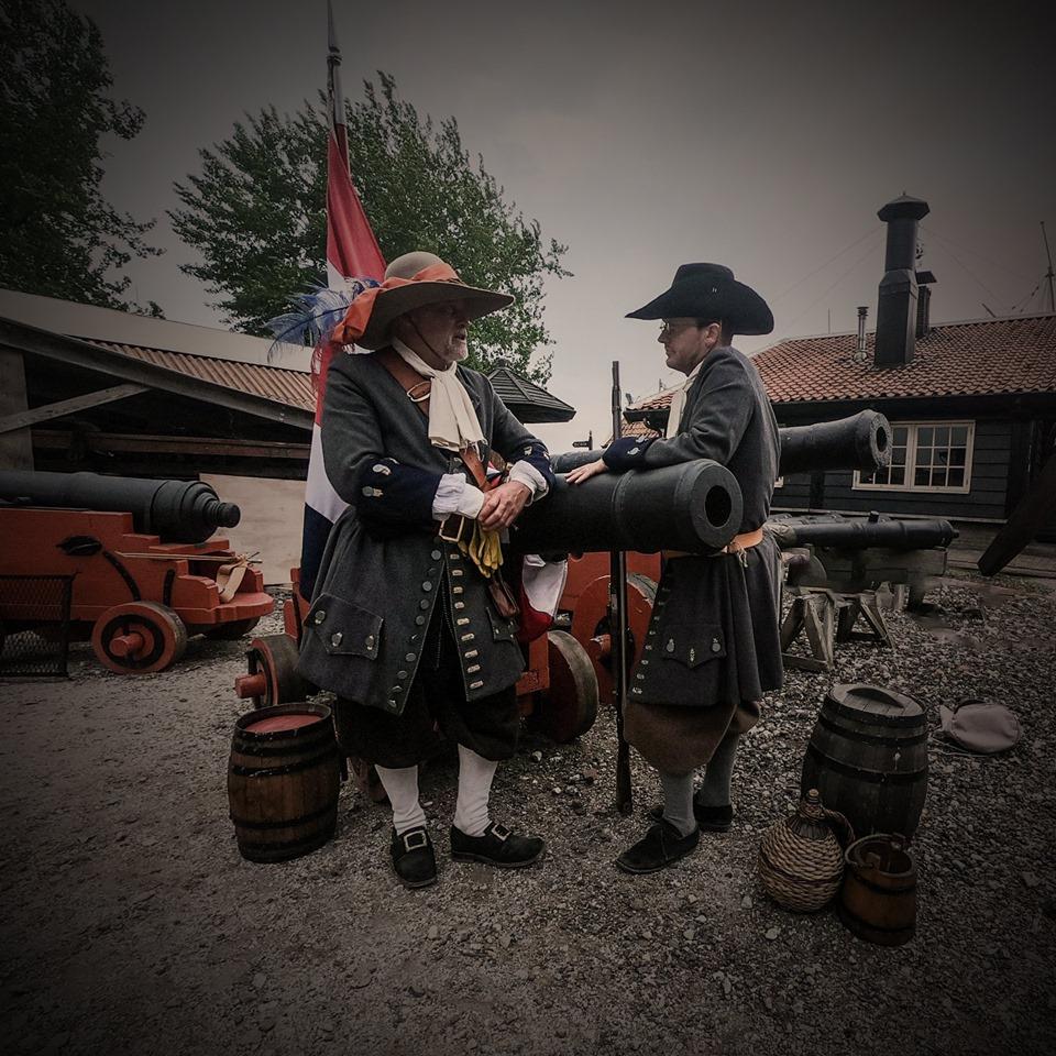 Een officier der Mariniers in gesprek met één van zijn zeesoldaten, 1667.